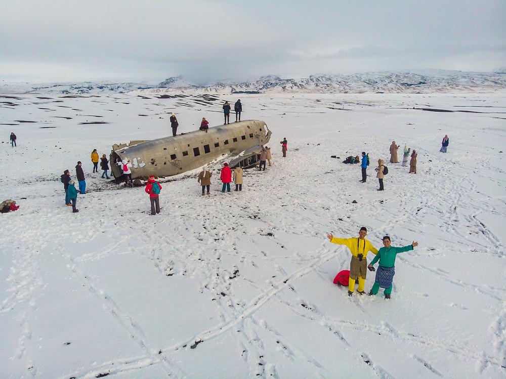 Boleh pilih, nak berjalan kaki atau menaiki shuttle bus untuk ke Sólheimasandur, melihat 'plane wreck'.