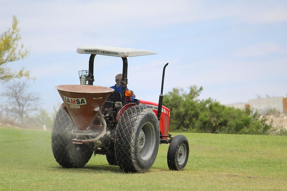 Tractor trabajando en Las Aves Club de Golf en Pesquería.