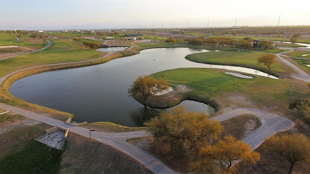 En el centro del campo de golf se encuentra este paradisiaco lago con forma de Paloma