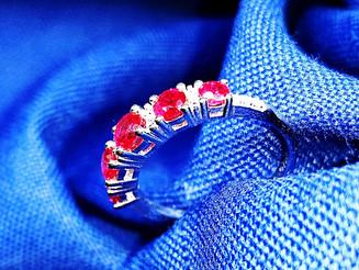 טבעת זהב לבן משובצת אבני אודם