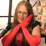 La chanteuse chrétienne Ohroara avec des gants rouges