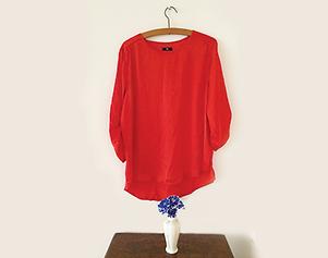 ハンガーに赤いシャツ