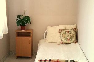 Светлый и уютный одноместный номер для пожилых людей в пансионате Горизонт в Екатеринбурге