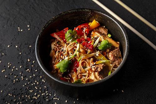 Говядина с рисовой лапшой и овощами