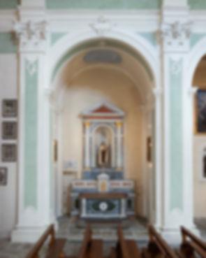 ...pure autore dei coevi ovali sulle pareti laterali della seconda cappella des. Raffiguranti l'Assunta e S. Giovanni Evangelista. Nella prima cappella sin.: altare in marmi policromi del 1926. Fot. 6-2011-09-23 Pulpito di C. Galetti, 1782, parzialmente modificato nel 1909-10. In controfacciata: tele dei XVIII sec. Raffiguranti Zaccaria nel tempio, S. Antonio da Padova e S. Anna con Maria. 