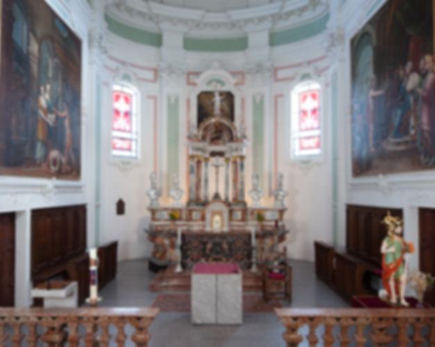 Elegante altare maggiore con tempietto in stucco lucido di D. Braga e C. Galetti, 1780, ai quali sono pure attribuiti gli altari nelle cappelle antistanti il coro; paliotto in scagliola di Francesco Solari, 1730 ca.; nuovo arredo liturgico. Balaustre in marmo di Gerolamo Caroni, 1782-85, delimitano il coro e le due cappelle che lo precedono.