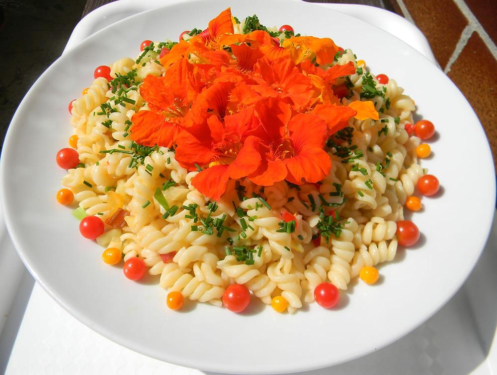 zdravý vegetariánský salát s lichořeřišnicí
