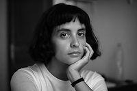 Retrato preto e branco de uma jovem mulh