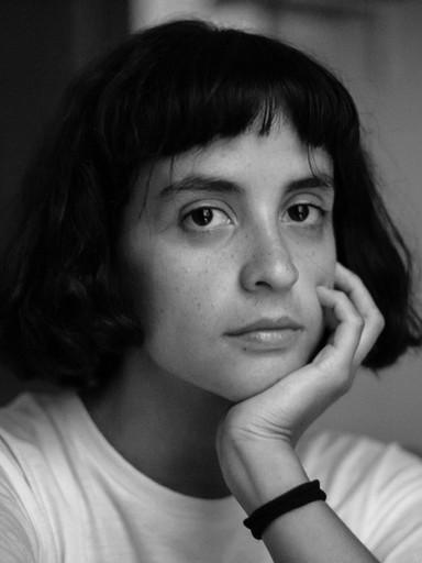 Schwarz-Weiß-Porträt einer jungen Frau