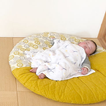 せんべい布団は、8ヶ月の大きめな息子もすっぽり包んでくれる大きさが魅力。肌触りもサラサラなので、ベッドよりスヤスヤ気持ちよく寝てくれます(^^)持ち運びが楽ちんなのも嬉しいです。
