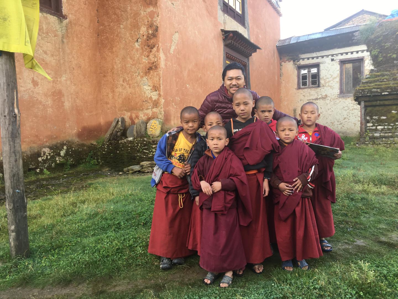 Simdha Getok Rinpoche with Little monks