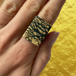 Black and gold crackle ring