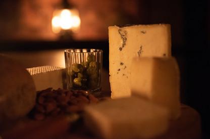 Alpe huisje binnen kaas.jpg