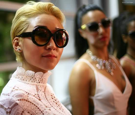 MODELS BACKSTAGE WITH KN SUNGLASSES