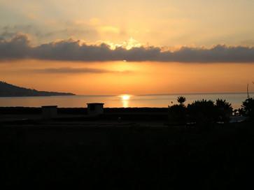 Le soleil se lève devant la villa