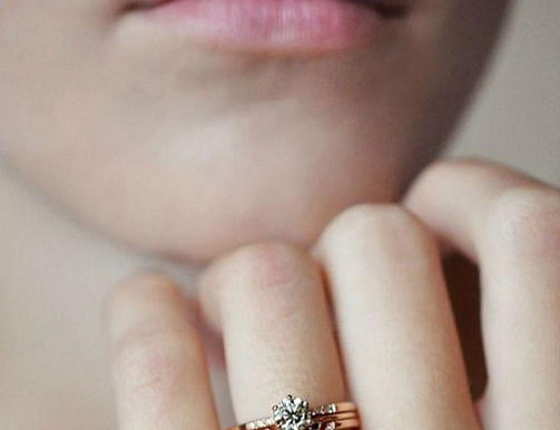 HOW TO WEAR THE STACKED WEDDING BAND TREND
