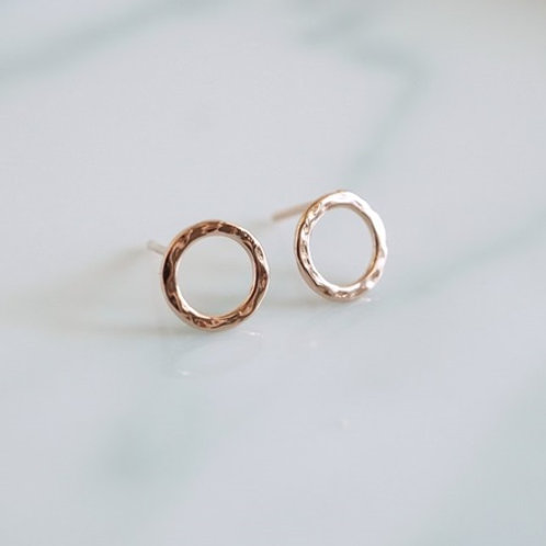 INFINITY HAMMERED Circle Studs- 9k gold