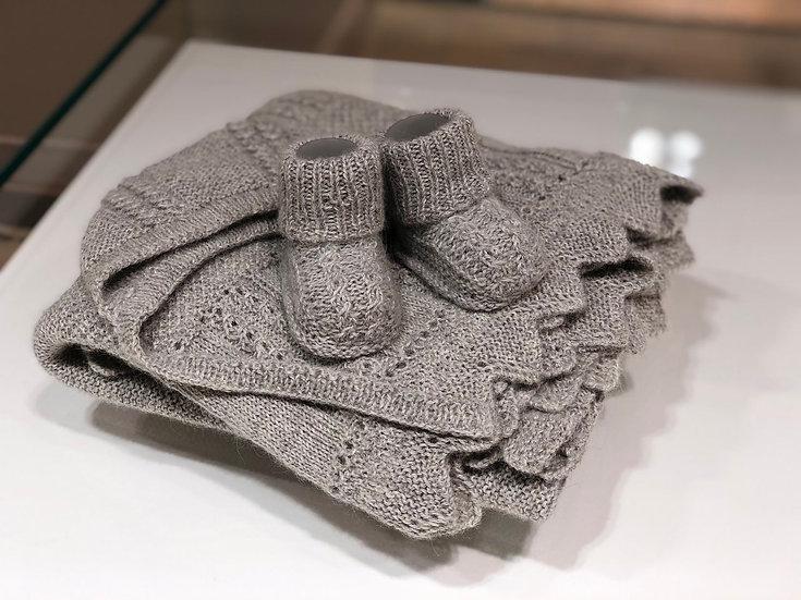 Комплект ручной работы - плед, шапочка и пинетки