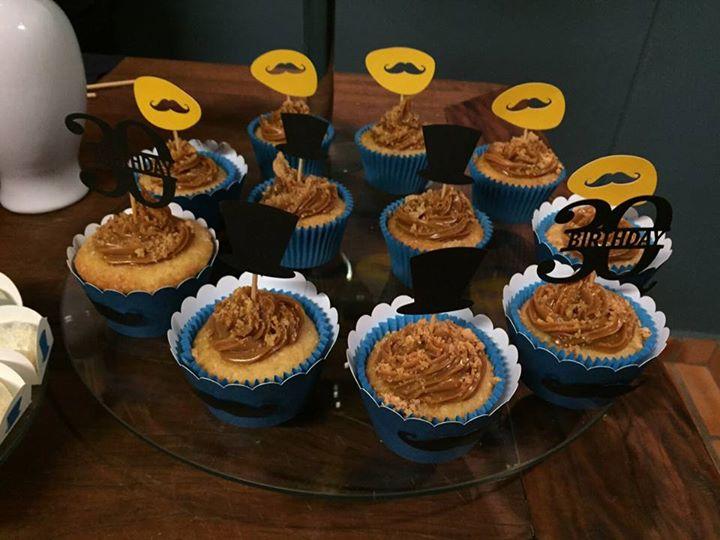 Cupcakes com recheio e cobertura doce de