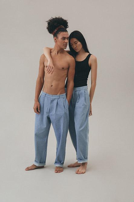 Джинсовые брюки с защипами свободного кроя