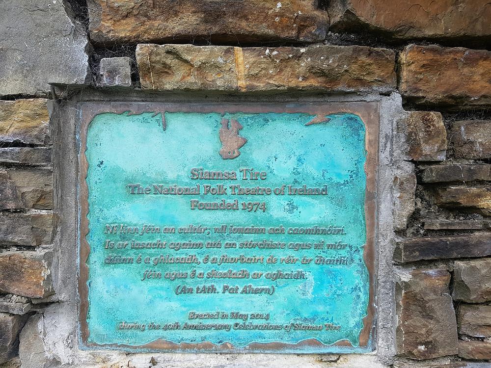 Plaque commemorating the founding of Siamsa Tíre