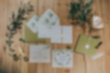 Invitación cuadrada basada en el olivo. Mezcla cordel con lacre blanco. Diseño moderno con sobre cuadrado forrado verde oliva y blanco