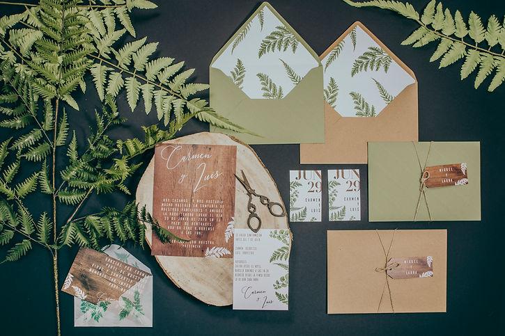 Invtaciones de boda diseño de madera y helecho