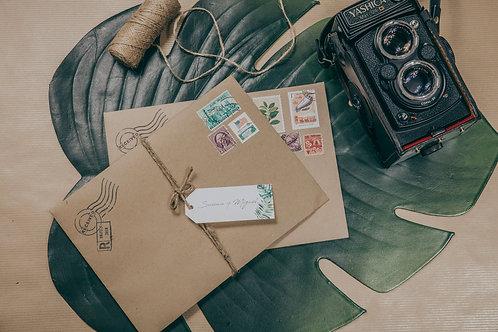 Sobre papel kraft, invitaciones kraft, sellos vintage, invitaciones de boda tropicales, invitaciones de boda vintage