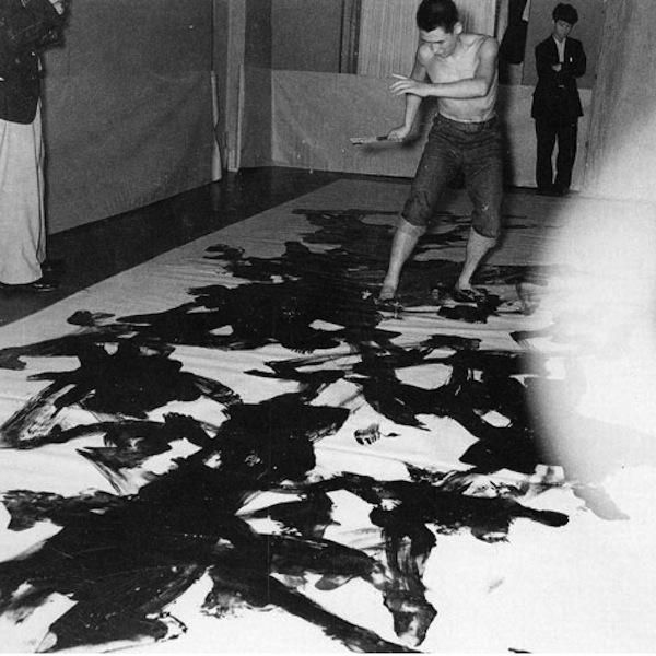 Kazuo-Shiraga-Painting-at-the-2nd-Gutai-Art-Exhibition-Ohara-Kaikan-Tokyo-1956.1