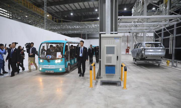 Phái đoàn Triều Tiên tham quan phân xưởng sản xuất thân và vỏ ôtô