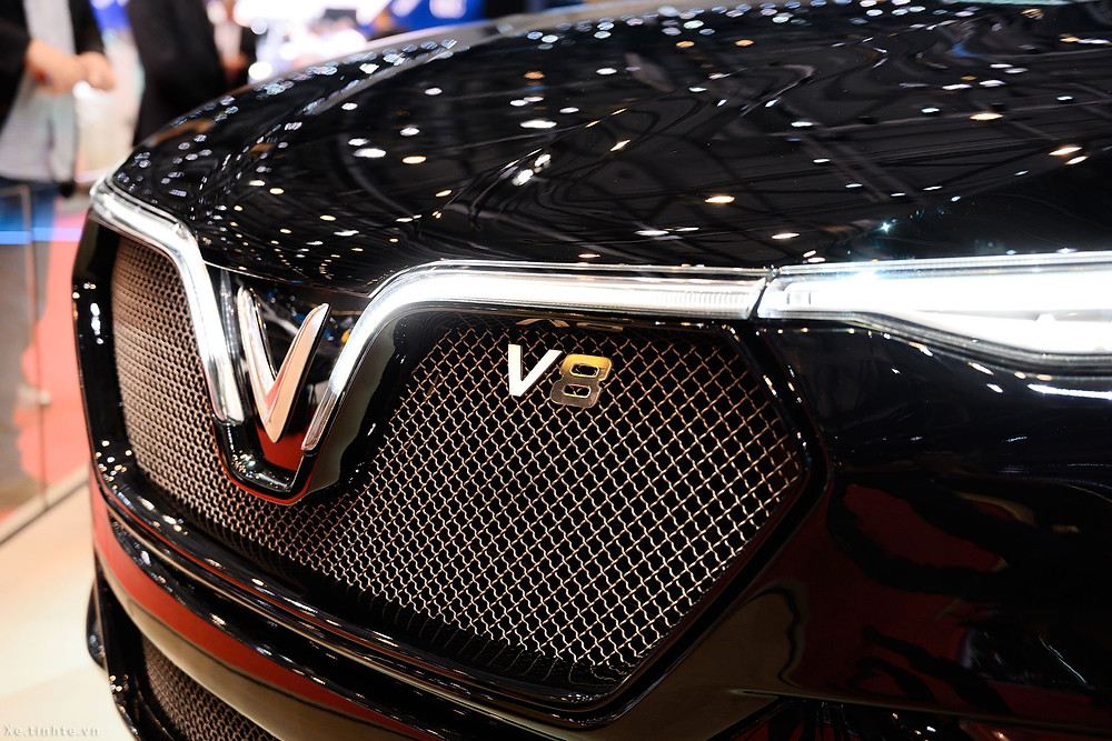 VinFast Lux V8 được phát triển từ nguyên mẫu là chiếc SUV Lux SA2.0 nhưng vượt trội toàn diện cả về hình thức bên ngoài lẫn các thông số kỹ thuật bên trong. Trong đó, nổi bật nhất ở phiên bản đặc biệt VinFast Lux V8 là khối động cơ V8 mạnh mẽ. Với 8 xi-lanh xếp hình chữ V, công suất tối đa lên tới 455 mã lực, mô-men xoắn cực đại 624 Nm, VinFast Lux V8 đạt tốc độ tối đa trên 300km/h.