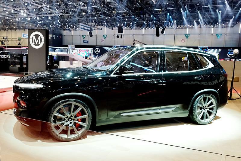 """Về thiết kế, chiếc xe VinFast Lux V8 mang đi triển lãm được phủ sơn đen sang trọng, kết hợp với các chi tiết kim loại màu bạc phủ carbon, mang lại diện mạo đẳng cấp và quyền lực cho người dùng. Bên cạnh đó là bộ lốp thể thao cỡ lớn 22 inch; lưới tản nhiệt dạng mắt cá bằng chất liệu nhôm cao cấp; các đường nẹp ở hai bên thân xe, trên nóc và ở mặt trước được sơn phủ lớp carbon cao cấp… Tất cả hợp thành một thể thống nhất với bộ la-zăng, tạo cảm giác vừa thể thao vừa lịch lãm cho toàn bộ """"siêu phẩm""""."""