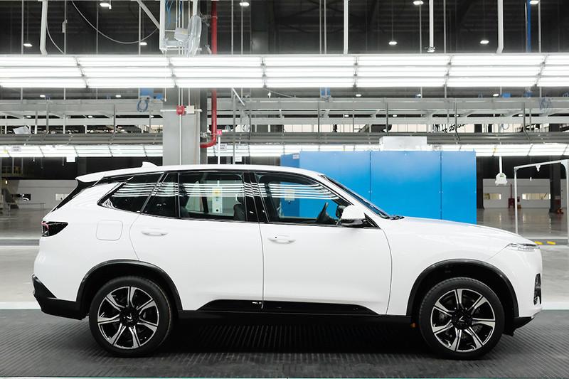 Chiếc xe Lux SA2.0 vừa hoàn thiện có hình thức chuẩn đẹp như mẫu thiết kế và khả năng hoạt động mạnh mẽ.  Xe được trang bị động cơ DOHC 2.0L 4 xi-lanh tăng áp, công suất tối đa 228 mã lực, mô-men xoắn cực đại 350 Nm. Hộp số trên xe là loại ZF tự động 8 cấp, hệ dẫn động hai cầu toàn thời gian cùng những tính năng an toàn hàng đầu như phanh đĩa tản nhiệt phía trước, phanh đĩa đặc phía sau, hệ thống ABS, EBD, BA, hệ thống cân bằng điện tử ESC, TCS, HSA, ROM, cảm biến hỗ trợ đỗ xe…  Việc sản xuất thử nghiệm thành công chiếc xe Lux SA2.0 đầu tiên là bước ngoặt quan trọng, khẳng định VinFast đã cơ bản hoàn tất việc lắp đặt nhà máy và sẵn sàng vận hành thử nghiệm trước khi đi vào sản xuất hàng loạt.