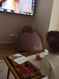 """Рисование карандашами на видеоуроке для детей в Монтессори-студии """"Апрель"""""""