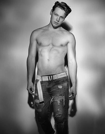 Dylan-Iglesias-body-jeans-2.jpg