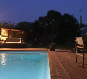 Le jardin avec piscine chauffée et jacuzzi