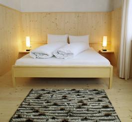 Zimmer gestaltet vom Architekt Gion A. Caminada
