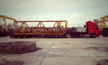 Transport elementu żurawia wieżowego. (wymiary ładunku: 12,00 x 2,55 x 3,45m waga: 19,2t)