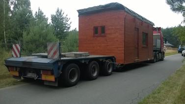 Transport domku drewnianego. (wymiary ładunku: 6,50 x 3,18 x 3,57m waga: 10,0t)