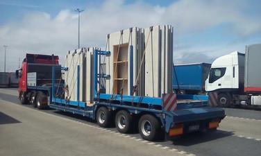 Transport ścian betonowych na stojkach (wymiary ładunku: 9,30 x 2,50 x 3,20m waga: 22,0t)