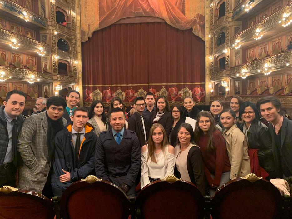 Delegación en el Teatro Colón