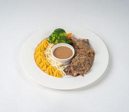 ستيك لحم مع صوص ديمي جلاس و بطاطا مهروسه
