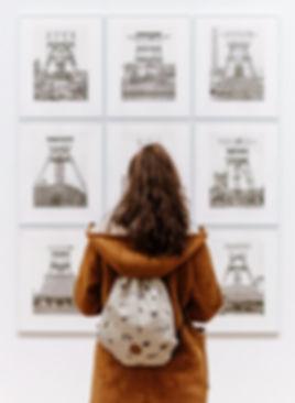 Dívka na výstavě