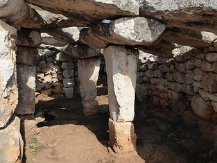 Die Säulenhalle, wo Ritualle mit dem Feuer benutzt waren. Menorca. Spirutelle Reisen mit Maha Metta. Pychische Entwicklung