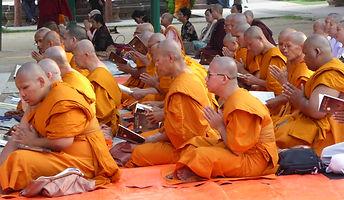 Hinayana Männer beten