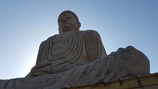 Buddha-Statue neben dem thailändischen Tempel in Bodhgaya, Indien. MahaMetta Spirituelle Reisen