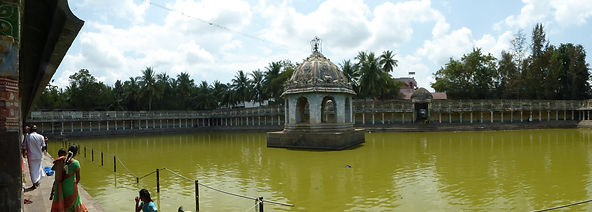 Tanque Siddhamirtham dentro del complejo del templo de Vaitheeswarankoil, India. Viajes espirituales MahaMetta