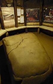 Piedra de cerámica en los túneles debajo de las pirámides en Bosnia. Viajes Espirituales con Maha Metta y Geoviva