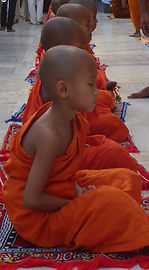 Hinayana Kinder in Bpdhgaya meditieren. Buddhistisches Meditation Seminar mit Mahametta