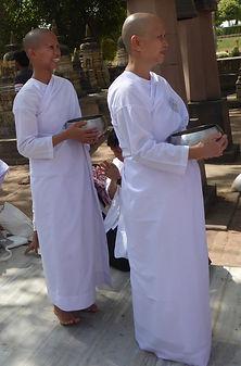 Hinayana-Praktizierende mit der Bettelschale. Buddhistisches Meditation Seminar mit Mahametta